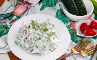 Салат с редиской и огурцом, творогом и зеленым луком