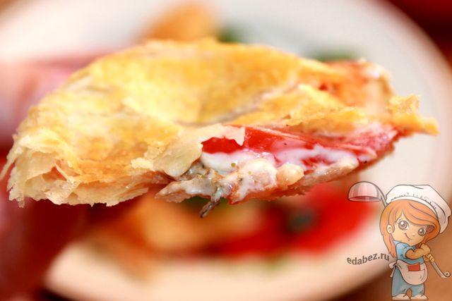 Вкусная закрытая пицца кальцоне без мяса