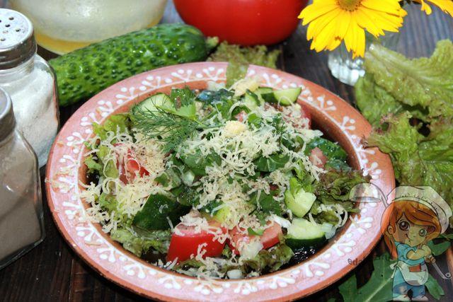 Салат из салатных листьев, помидоров, огурца и сыра