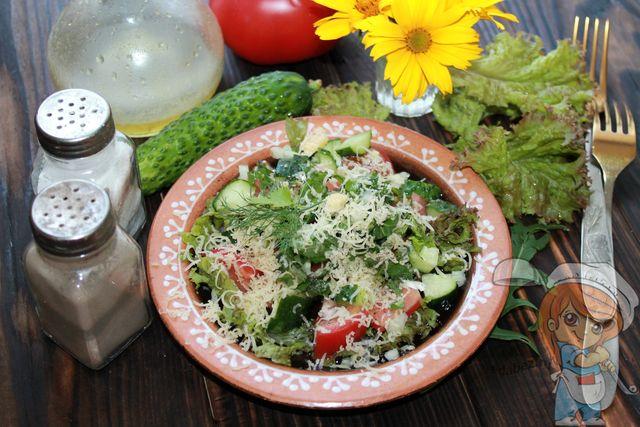 Салат из салатных листьев с огурцами и помидорами