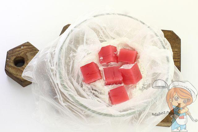 Покрываем кусочки сахарной панировкой