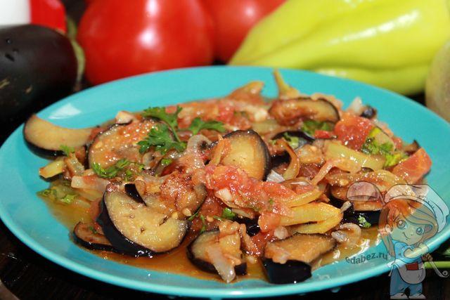 Закуска из баклажанов с томатным соусом и чесноком
