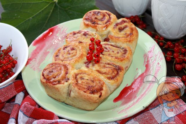 Пирог с красной смородиной и творогом