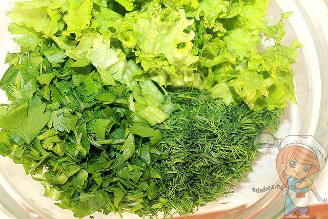 Промываем и сушим зелень