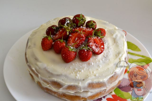 Украшаем торт клубникой