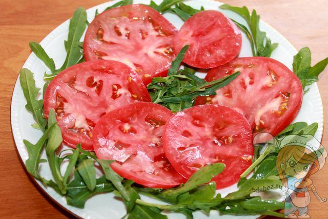 Выкладываем помидоры, нарезанные слайсами