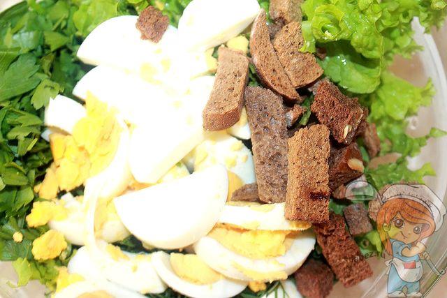 Соединяем зелень, яйца и сухари