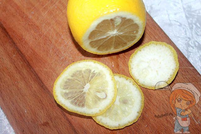 Наризаем лимон слайсами