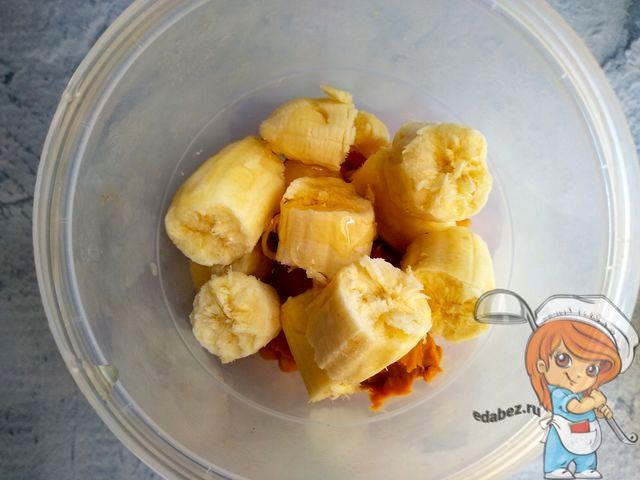 Добавляем мед и бананы. Измельчаем массу