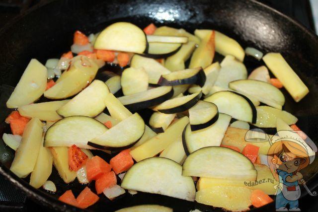 Добавляем баклажаны на сковороду