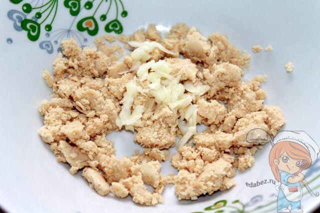 Добавляем чеснок в ореховую массу