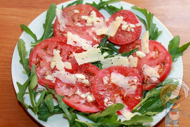 Посыпаем салат сыром