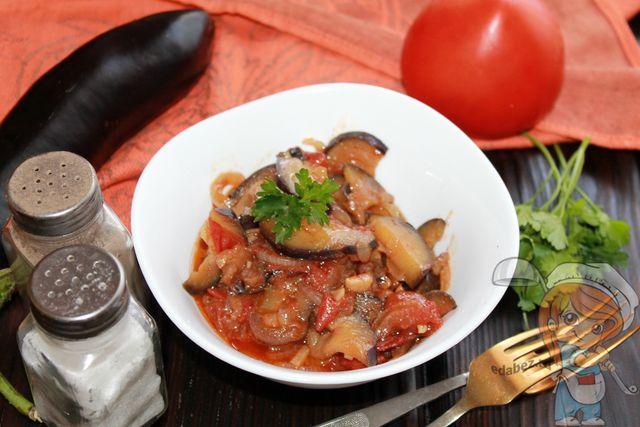 Тушеные баклажаны с помидорами и чесноком