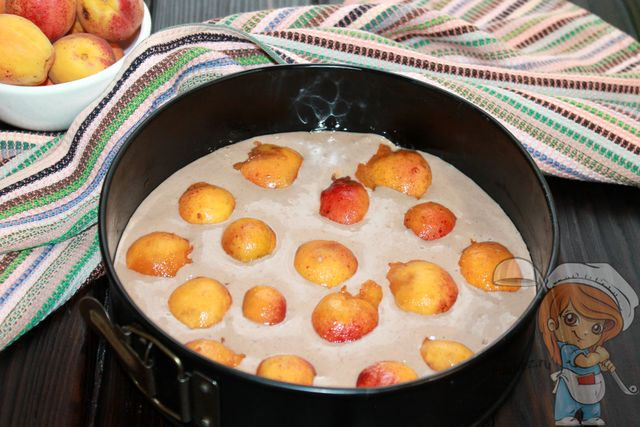 Выкладываем абрикосы в тесто