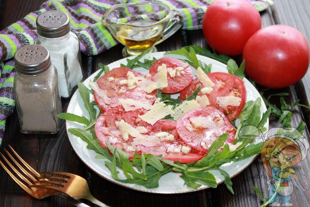 Салат руккола с помидорами и сыром