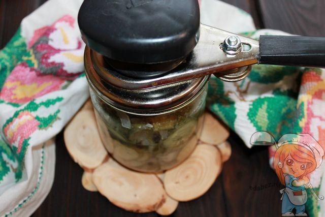 Закатываем банку с нежинским салатом