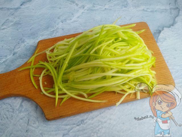 Натираем кабачки с помощью терки для корейской моркови