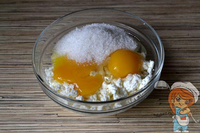 Смешиваем творог, яйца и сахар