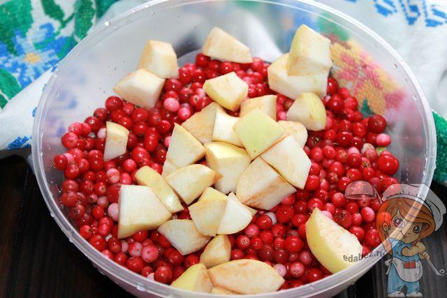 Добавляем кусочки яблок