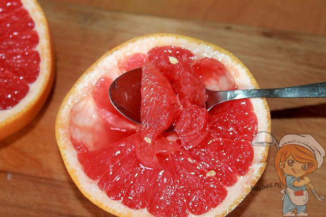 Достаем мякоть фрукта