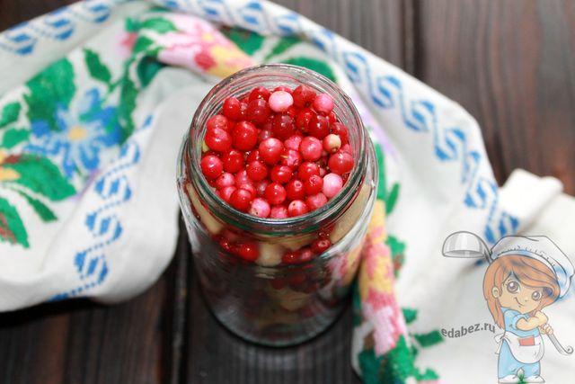 Заполняем банку ягодами с кусочками яблок