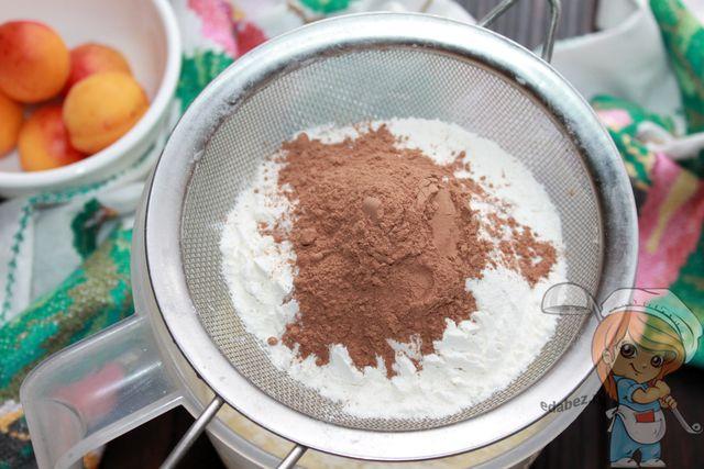 Просеиваем какао, муку и разрыхлитель
