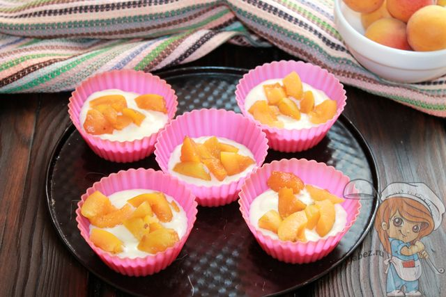 Добавляем фрукты в формочки