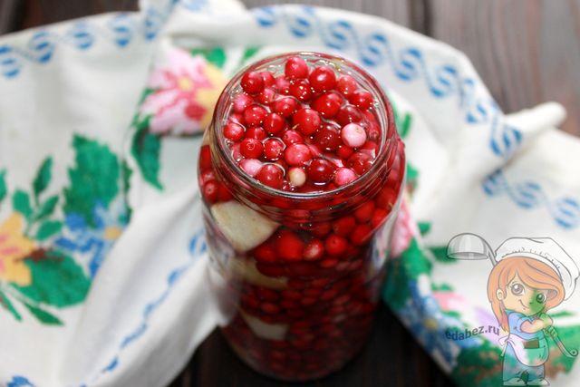 Заливаем маринадом ягоды
