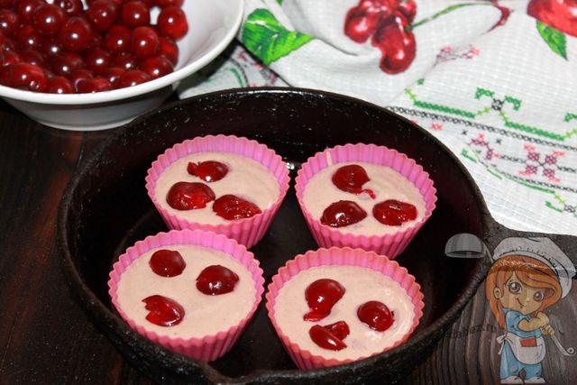 В каждую формочку кладем ягоды вишни