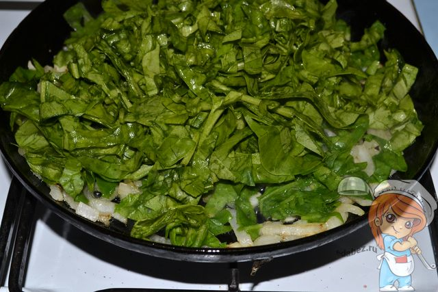 Добавляем шпинат в сковороду