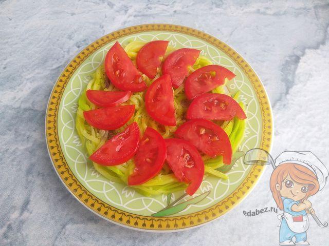 Выкладываем помидоры вторым слоем