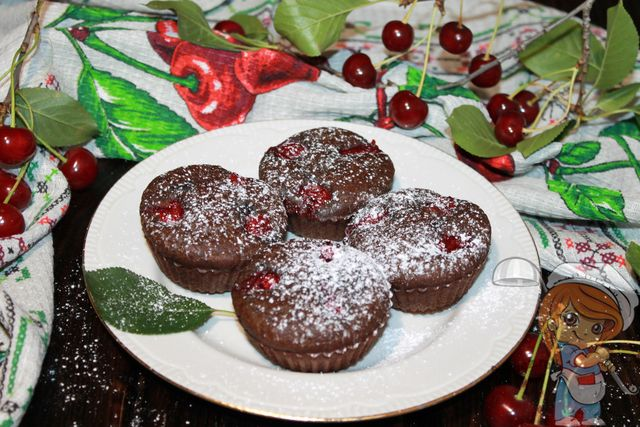 Посыпаем сахарной пудрой вишневые кексы