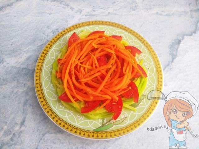 На помидоры кладем морковь