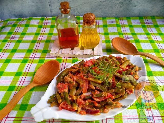 Стручковая фасоль с овощами на сковороде