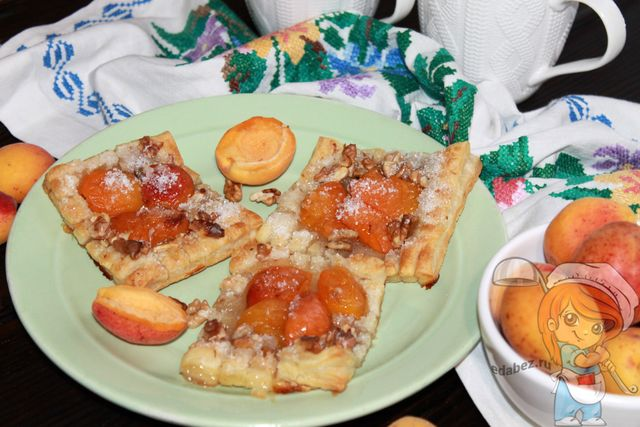 Слойки со свежими абрикосами