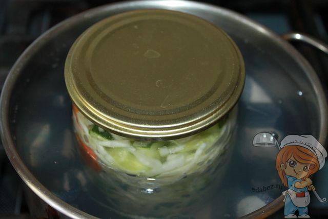 Ставим банку с салатом в кастрюлю с водой