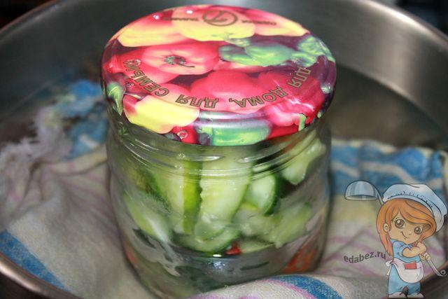 Кипятим салат из огурцов и перца