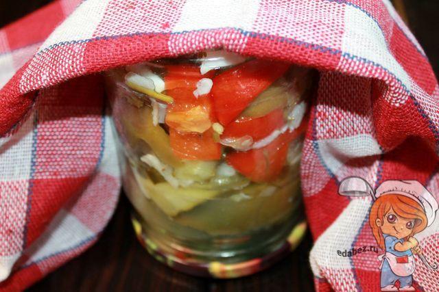 Накрываем салат из огурцов и перцев полотенцем
