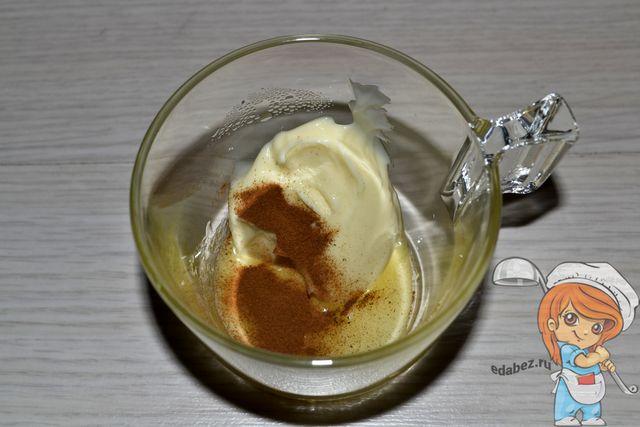 Смешиваем сыр, корицу и мед