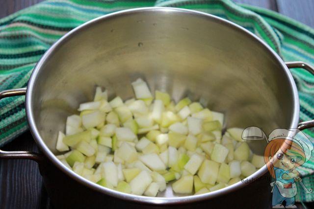 Режем кабачки и кладем в кастрюлю