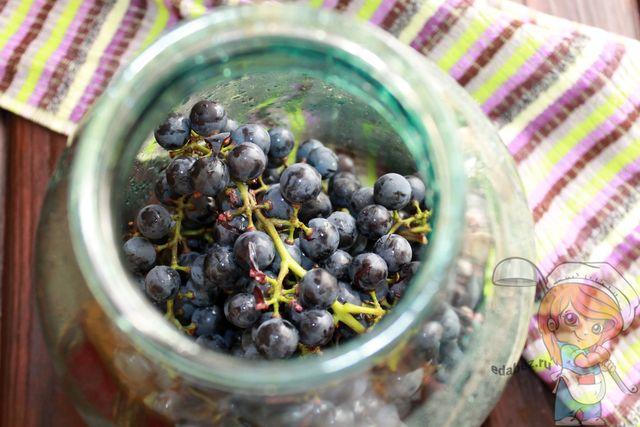 Заполняем банку виноградом