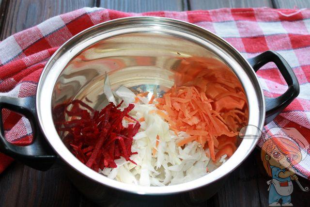 Морковь, свекла и капуста в кастрюле