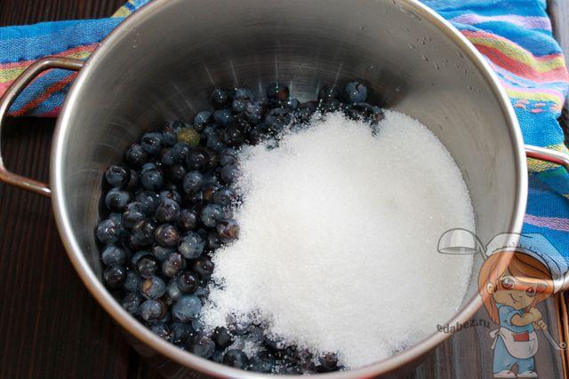 Соединяем виноград и сахар