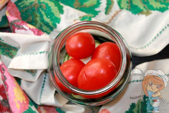Помещаем томаты в банку