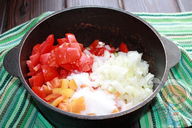 Добавляем перец, помидоры и лук