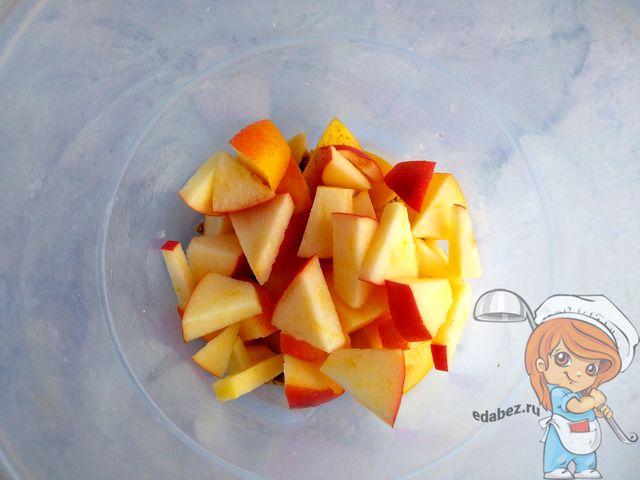 Кладем яблоки к гречке