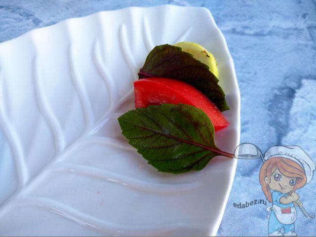 Укладываем салат, чередуя ломтики