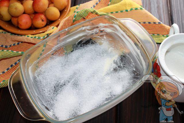 Форму смазываем и посыпаем сахаром