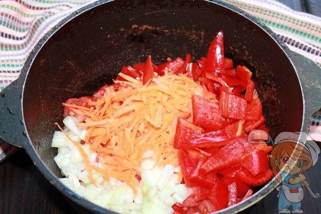 Болгарский перец режем и помещаем в овощам