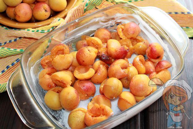 Выкладываем абрикосы